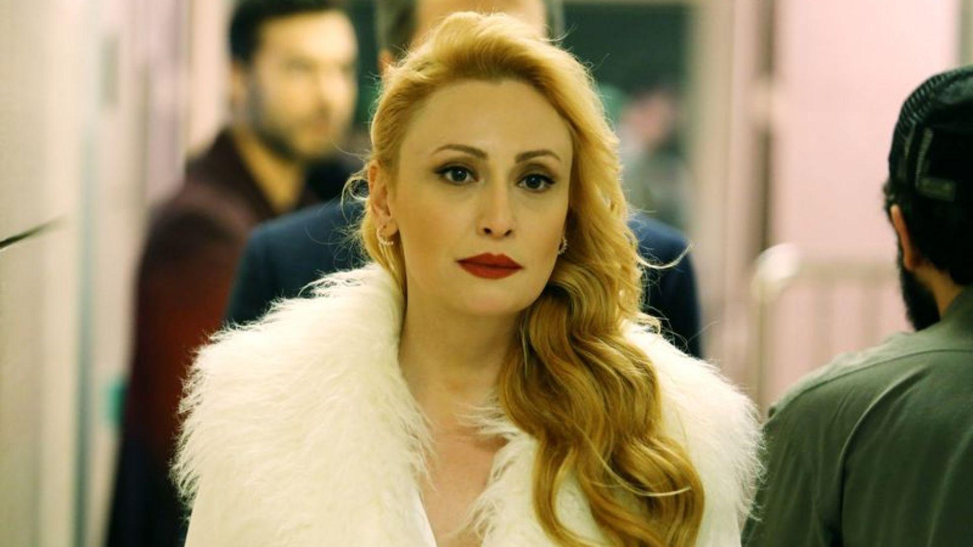 Güzel, çekici ve kötü bir kadın!