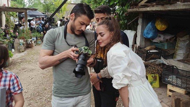 Kubilay Aka, Bensu Soral ve Cam Tavanlar ekibini fotoğrafladı!