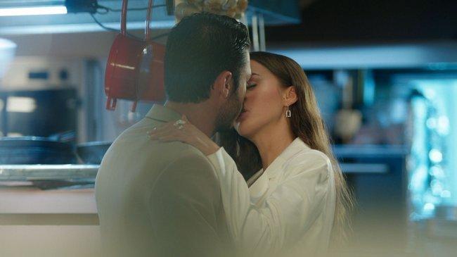 Cem, duygularına karşı koyamayarak Leyla'yı öptü!
